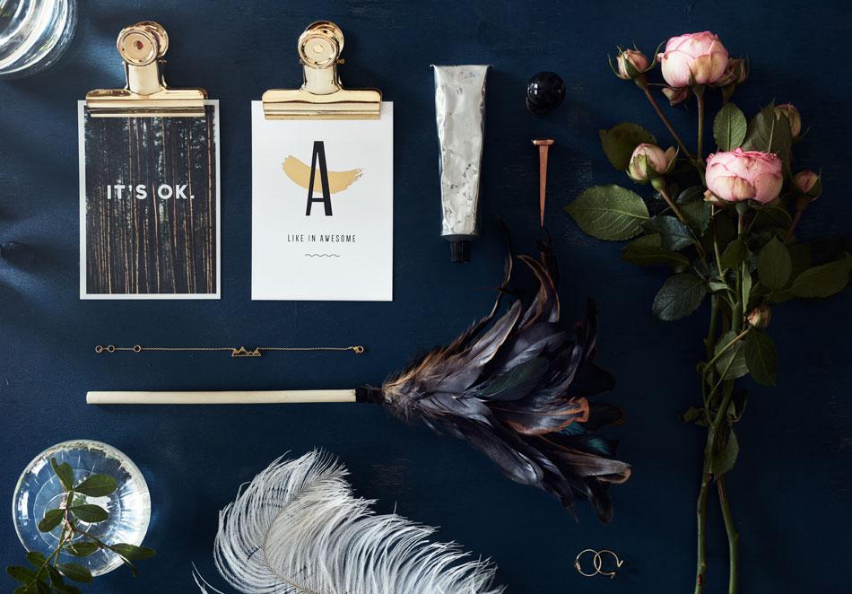 Foto av vykort, smycken, rosor och fjädrar